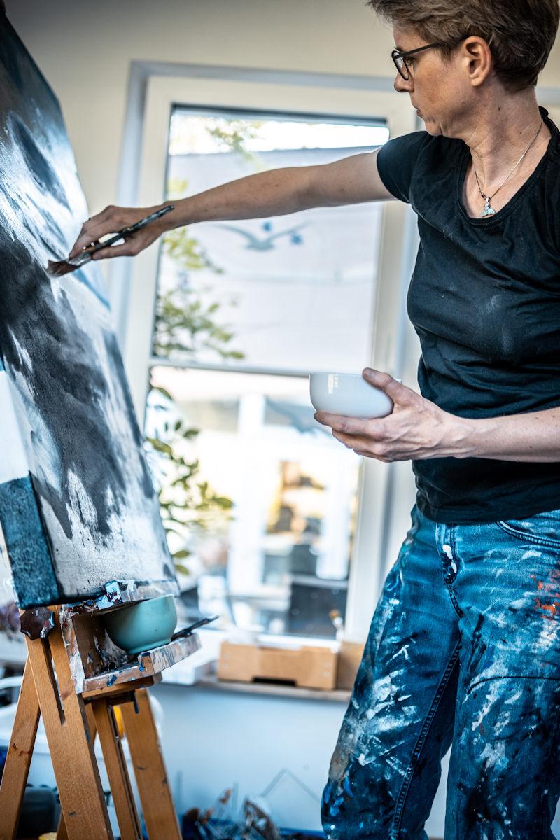 Malerin Eva Doelker-Heim an der Staffelei stehend