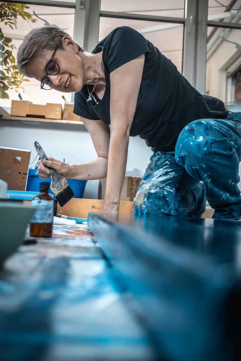 Eva Doelker-Heim malend im Atelier