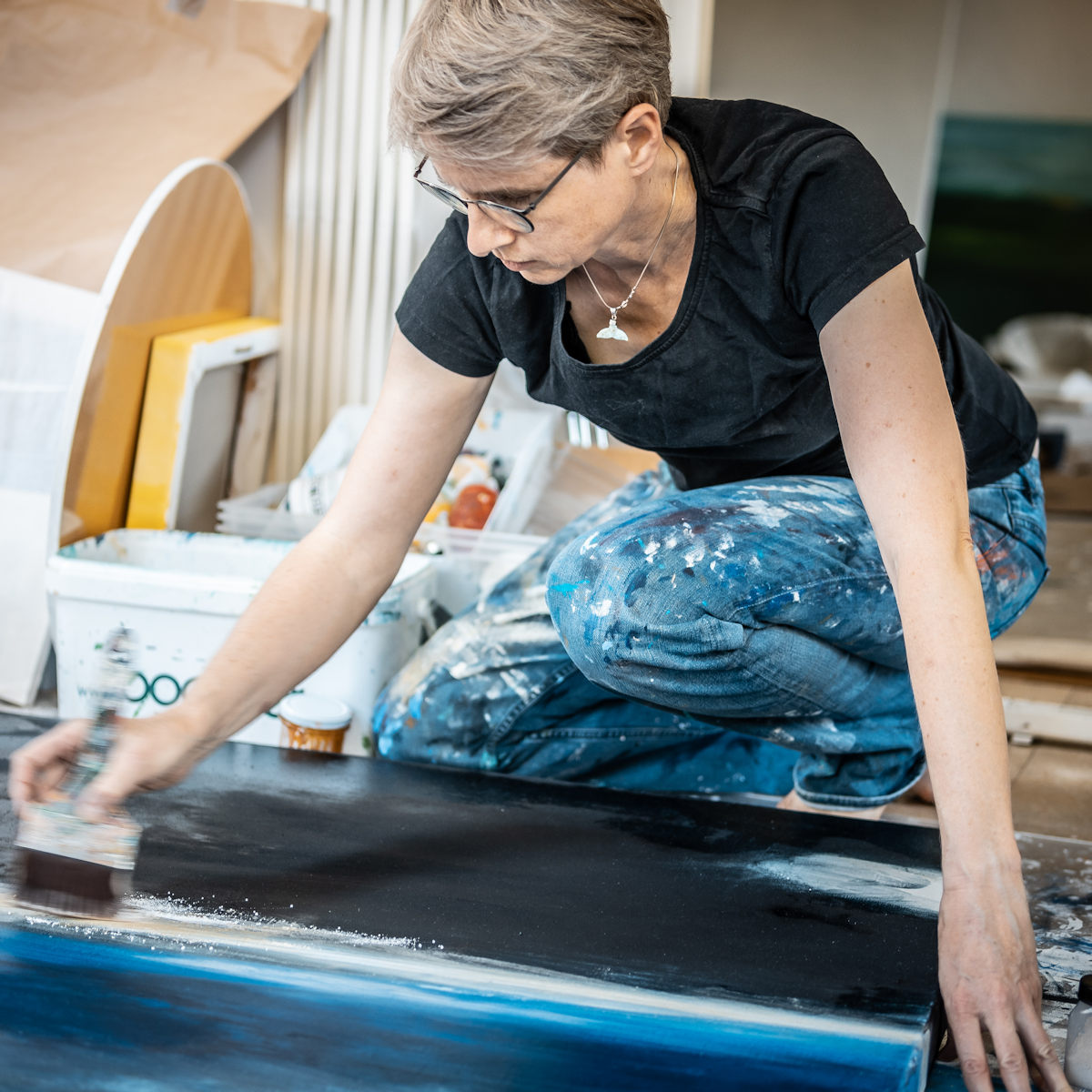 Künstlerin Eva Doelker-Heim im kreativen Prozess